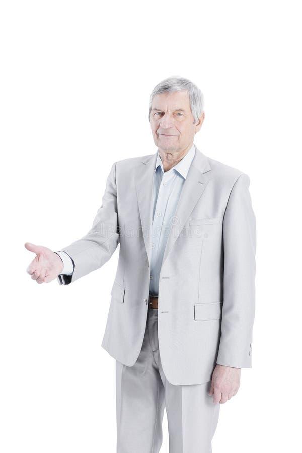 Überzeugter älterer Geschäftsmann, der heraus Hand für einen Händedruck hält lizenzfreies stockbild