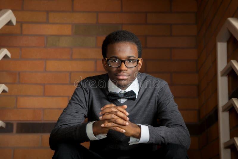 Überzeugter Afroamerikaner jugendlich stockfoto