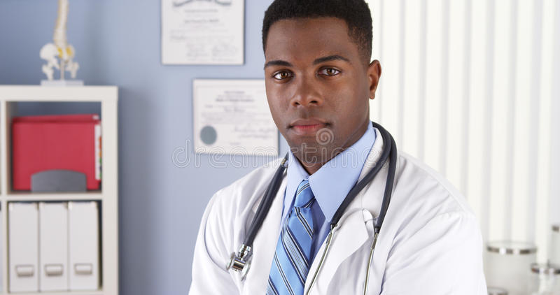 Überzeugter Afroamerikanerdoktor in der Klinik lizenzfreie stockfotografie