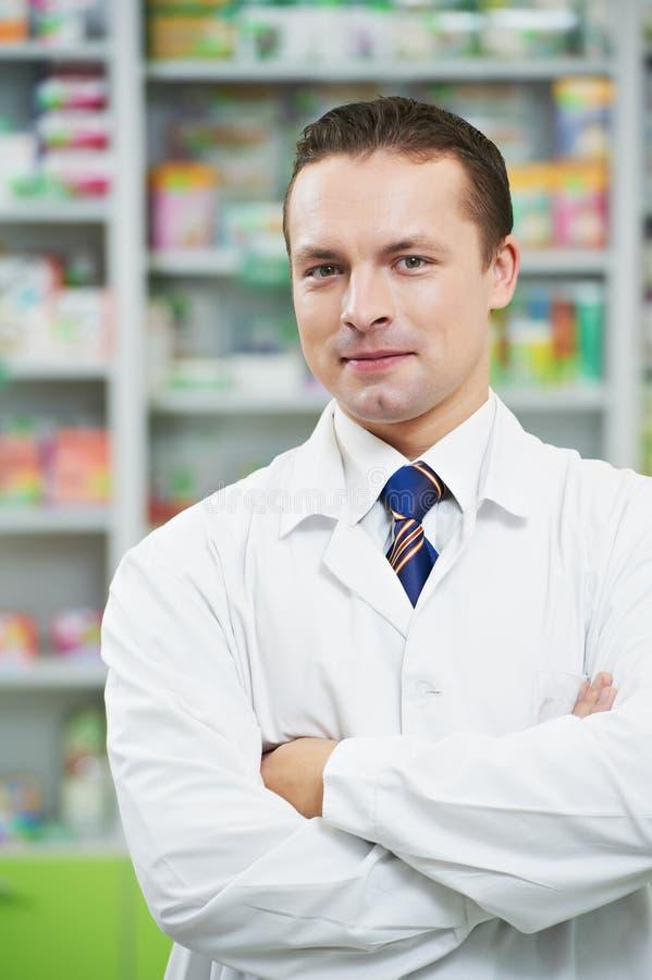 Überzeugter Apothekechemikermann im Drugstore stockbild