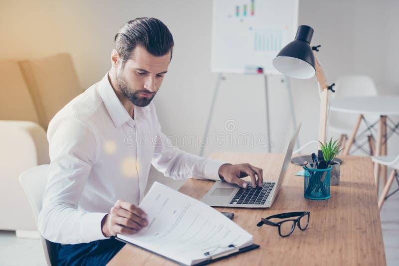 Überzeugter bärtiger stilvoller starker Geschäftsmann im weißen shir stockbilder