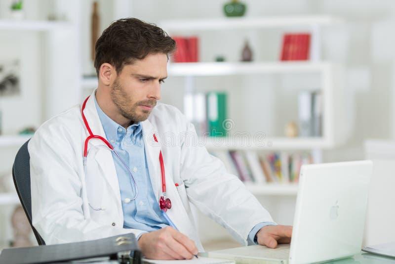 Überzeugter Doktor im Büro an der Klinik lizenzfreie stockfotos