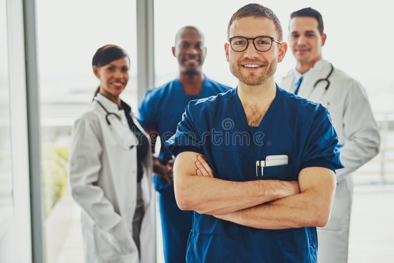 Überzeugter Doktor vor Gruppe stockfotos