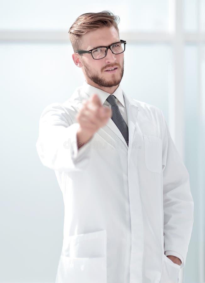 Überzeugter Doktortherapeut, der auf Sie zeigt stockfotografie