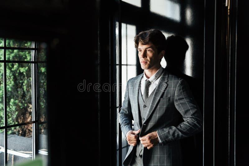 Überzeugter erfolgreicher Geschäftsmann im Anzug und in der Bindung stockbilder