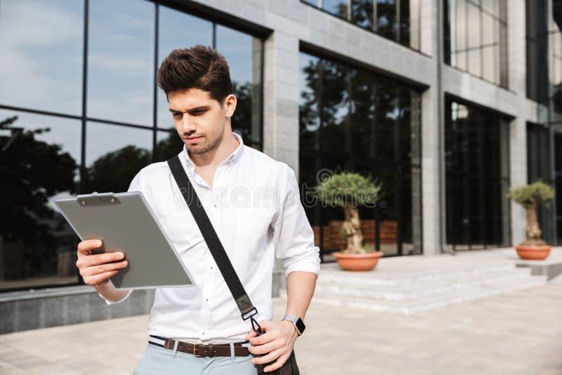 Überzeugter erfolgreicher junger Geschäftsmann stockbilder