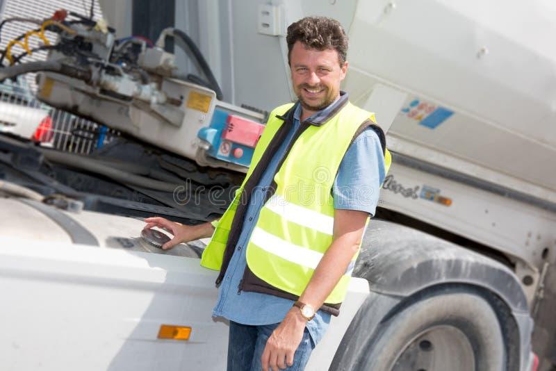 Überzeugter Fahrer oder Absender vor LKWs und Anhängern, lizenzfreie stockfotografie