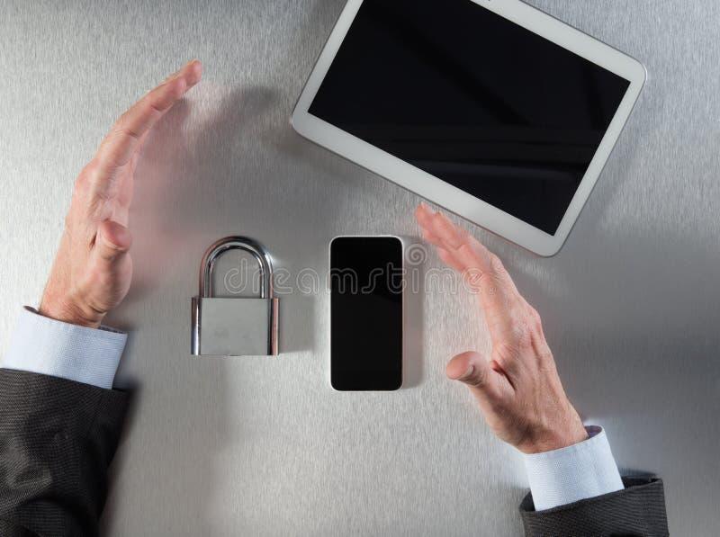 Überzeugter Geschäftsmann übergibt das Zeigen von von Unternehmensdatensicherheit und Sicherheit lizenzfreies stockbild