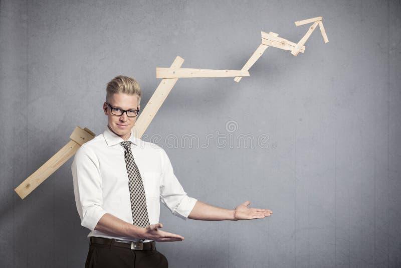 Überzeugter Geschäftsmann, der auf leeren Platz unterhalb des Diagramms zeigt. lizenzfreie stockbilder