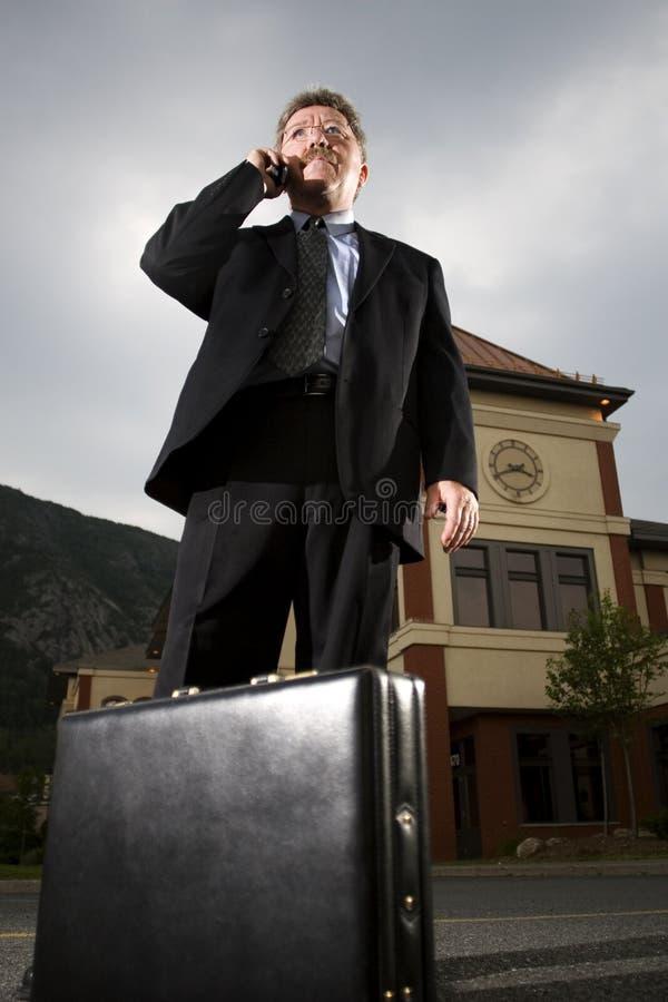 Überzeugter Geschäftsmann am Telefon stockfoto