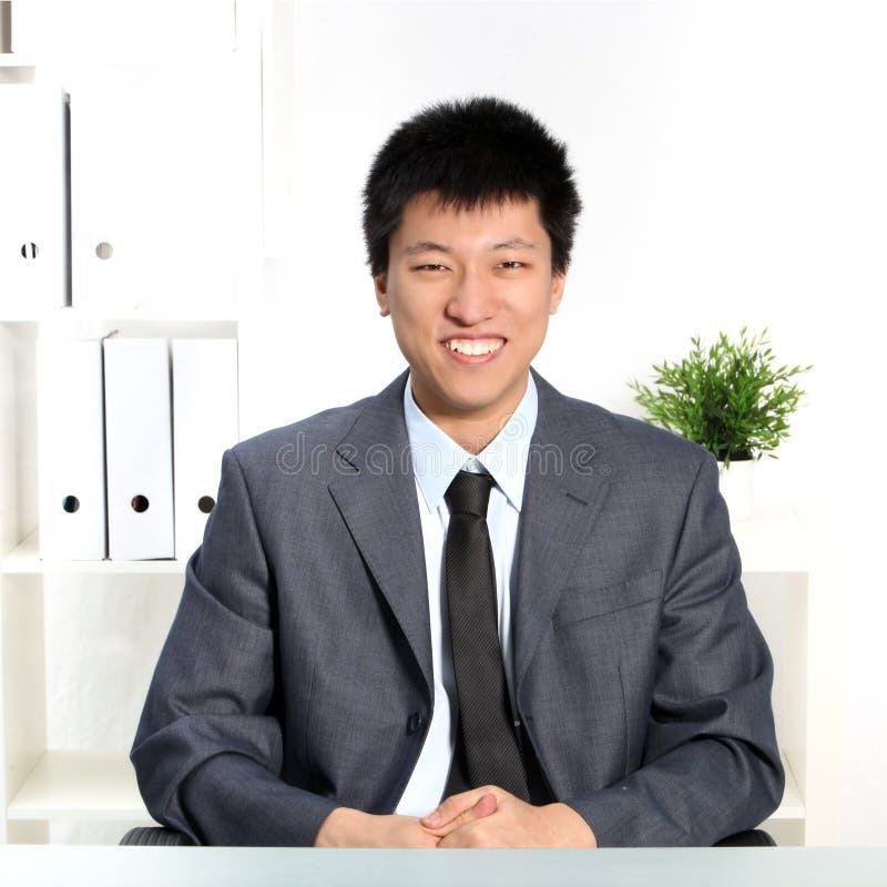 Überzeugter glücklicher junger asiatischer Geschäftsmann lizenzfreies stockfoto