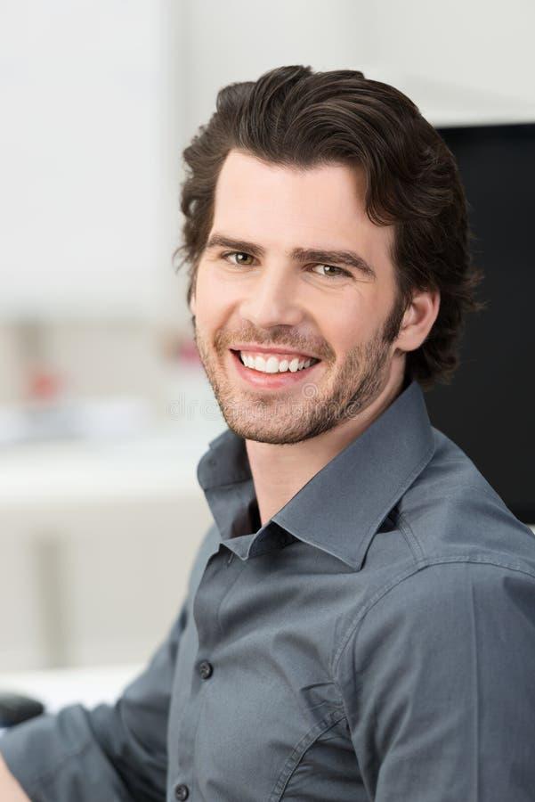 Überzeugter hübscher junger Geschäftsmann stockfotos