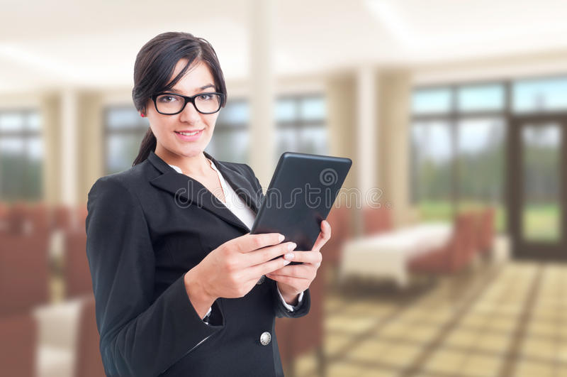 Überzeugter Handelsvertreter, der auf digitaler Tablette grast lizenzfreie stockfotos