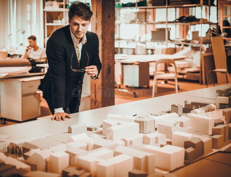 Überzeugter Ingenieur, der in einem Architektenstudio arbeitet lizenzfreie stockbilder