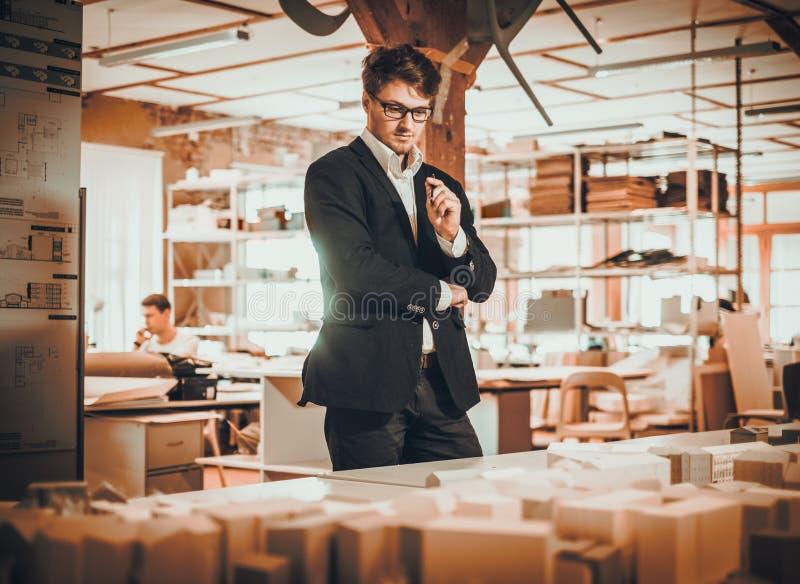 Überzeugter Ingenieur, der in einem Architektenstudio arbeitet stockfoto