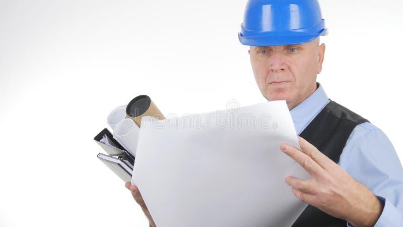 Überzeugter Ingenieur Reading Technical Plans auf weißem Hintergrund lizenzfreie stockfotos