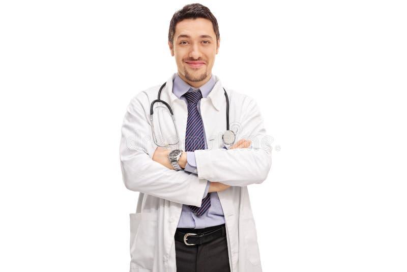 Überzeugter junger Doktor in einem weißen Mantel lizenzfreie stockfotografie