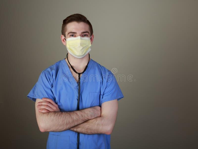 Überzeugter junger Doktor scheuert herein sich stockfoto
