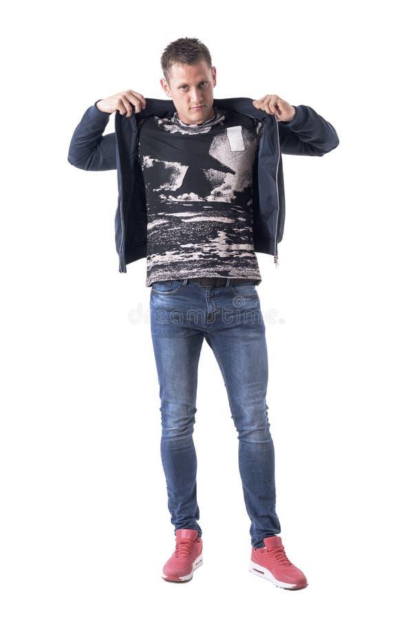 Überzeugter junger erwachsener Mann der zufälligen Art, der Bomberjacke oben gekleidet erhält lizenzfreies stockfoto