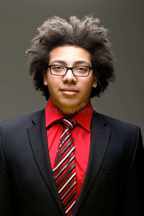 Überzeugter junger Jugendlicher mit Afro lizenzfreie stockfotografie
