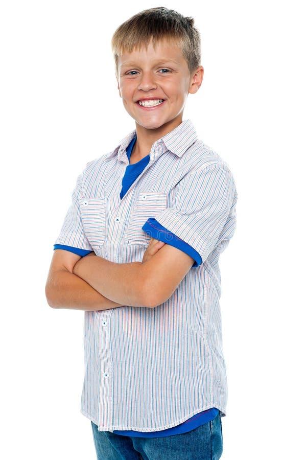 Überzeugter junger Junge, der in den casuals aufwirft lizenzfreie stockbilder