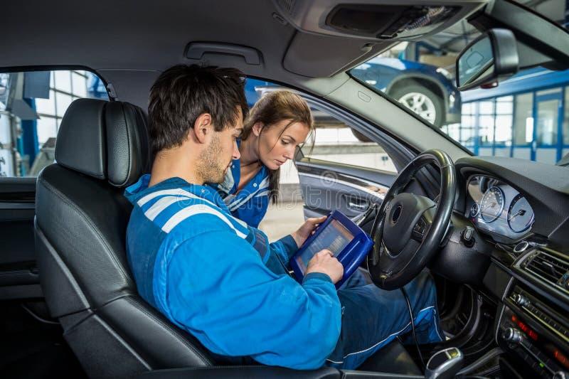 Überzeugter junger Mechaniker Standing By Car lizenzfreies stockfoto