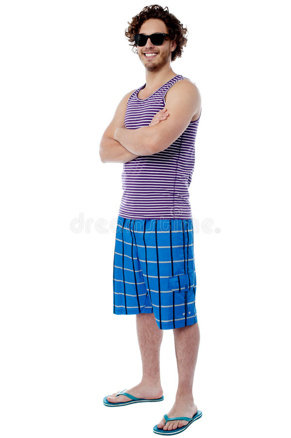Überzeugter Kerl in der Strandabnutzung stockfotografie