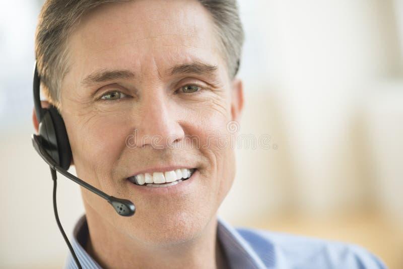Überzeugter Kundendienstmitarbeiter Wearing Headset stockfotos