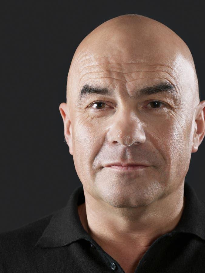 Überzeugter Mann mit rasiertem Kopf lizenzfreie stockbilder