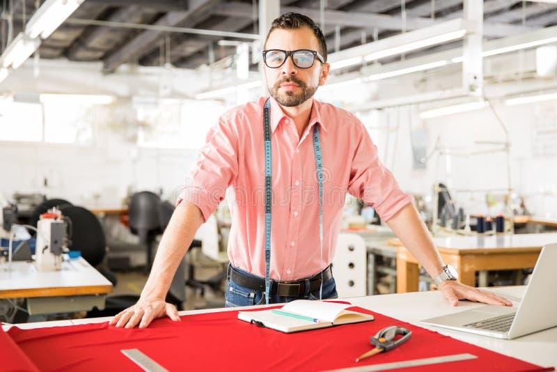 Überzeugter Modedesigner bei der Arbeit stockfotografie