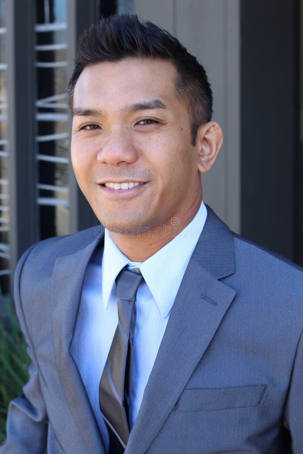 Überzeugter moderner philippinischer Geschäftsmann lizenzfreies stockbild
