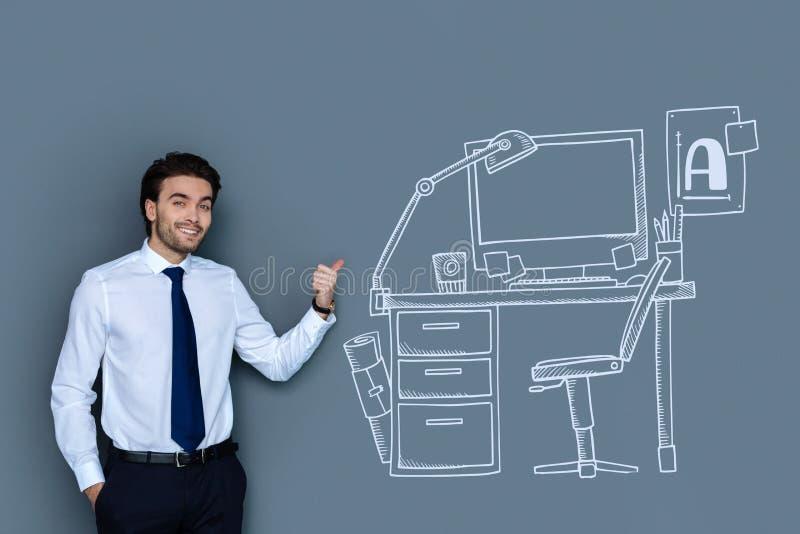 Überzeugter Rechtsanwalt, der seinen neuen Arbeitsplatz lächelt und zeigt lizenzfreies stockfoto