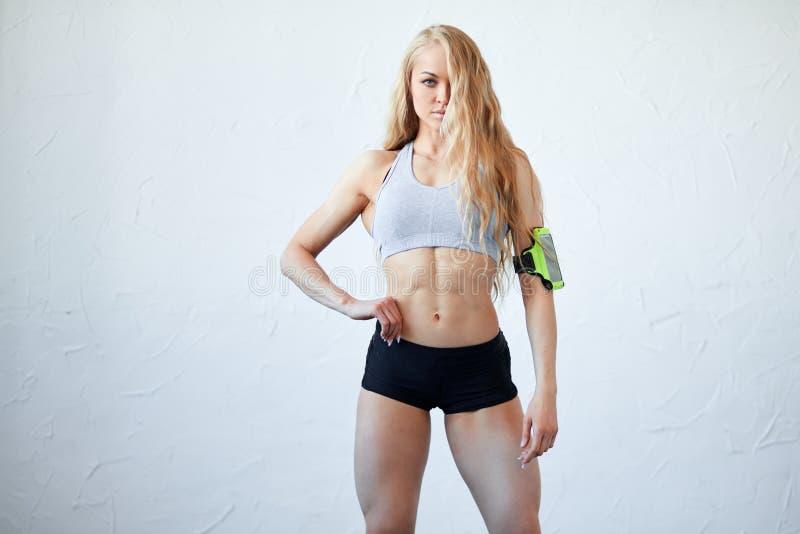 Überzeugter sexy Athlet mit dem langen angemessenen Haar, das an der Kamera loking ist stockbilder