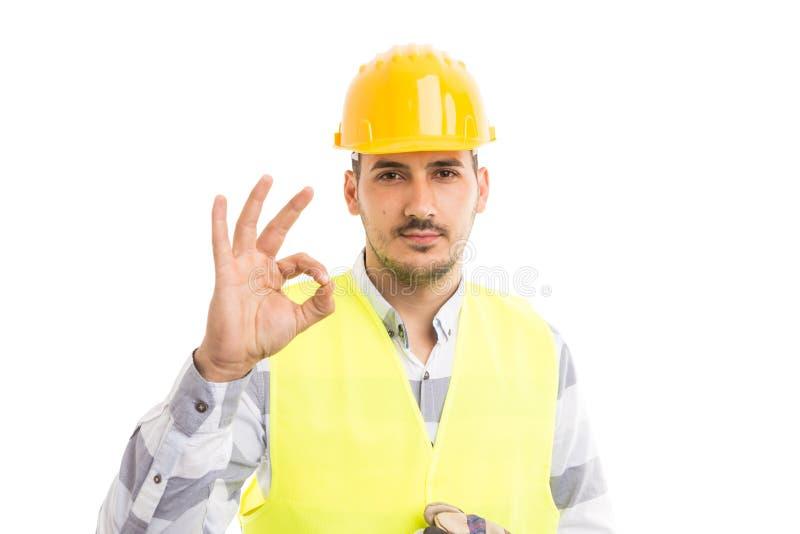 Überzeugter Vorarbeiter, der okay perfekte Geste zeigt lizenzfreies stockfoto