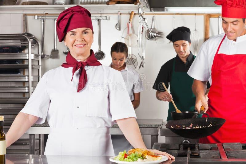 Überzeugter weiblicher Chef In Kitchen lizenzfreie stockfotos
