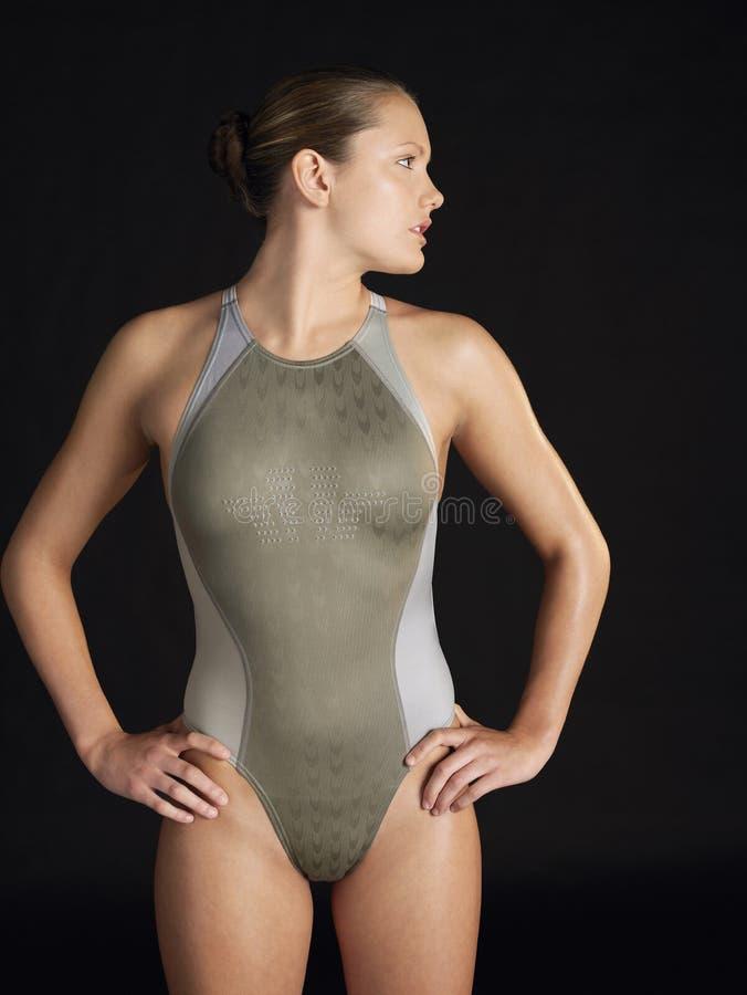 Überzeugter weiblicher Schwimmer stockfotografie