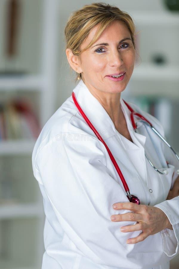 Überzeugter weiblicher Spezialistendoktor des Porträts stockfoto
