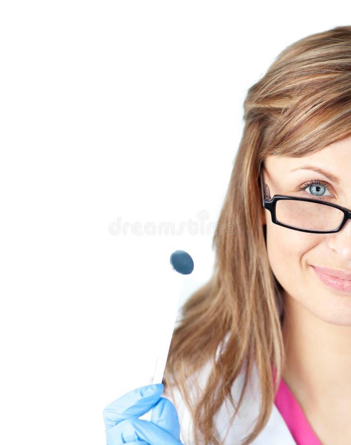 Überzeugter weiblicher Zahnarzt, der einen Speculum anhält stockbilder