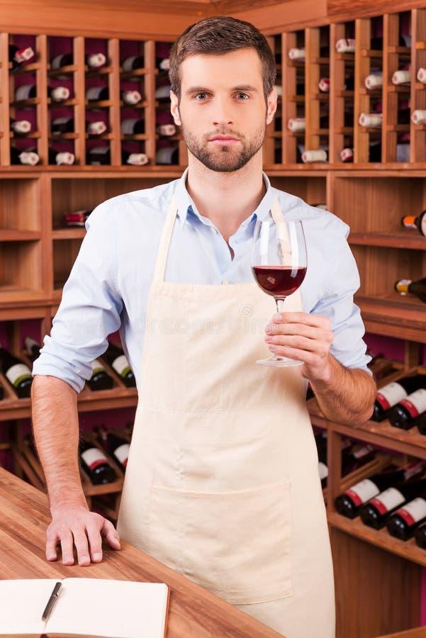 Überzeugter Weinkellereiinhaber lizenzfreie stockfotografie