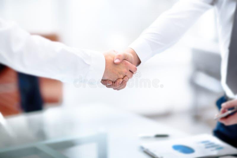 Überzeugter zwei Geschäftsmann, der Hände während einer Sitzung im Büro, im Erfolg, im Behandeln, im Gruß und im Partnerkonzept r lizenzfreies stockbild