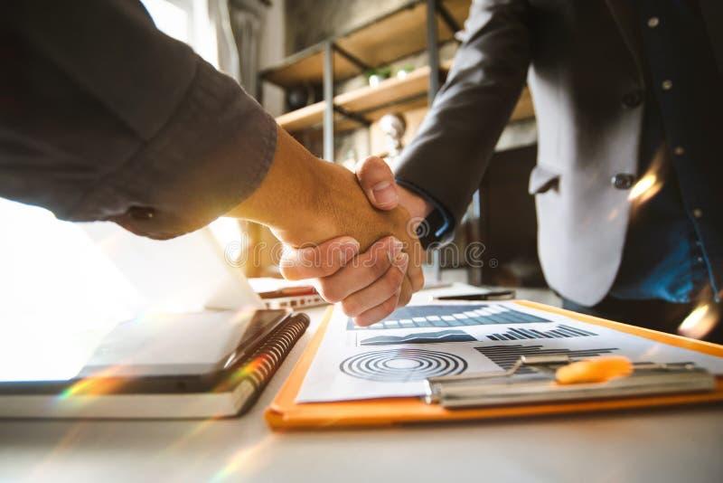 Überzeugter zwei Geschäftsmann, der Hände während einer Sitzung im Büro rüttelt, stockfotografie