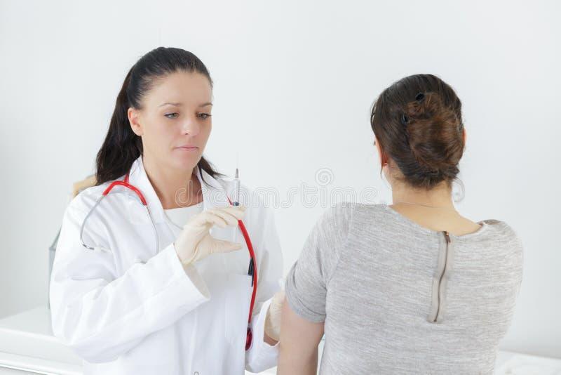 Überzeugtes Arztporträt im Krankenhaus lizenzfreies stockfoto