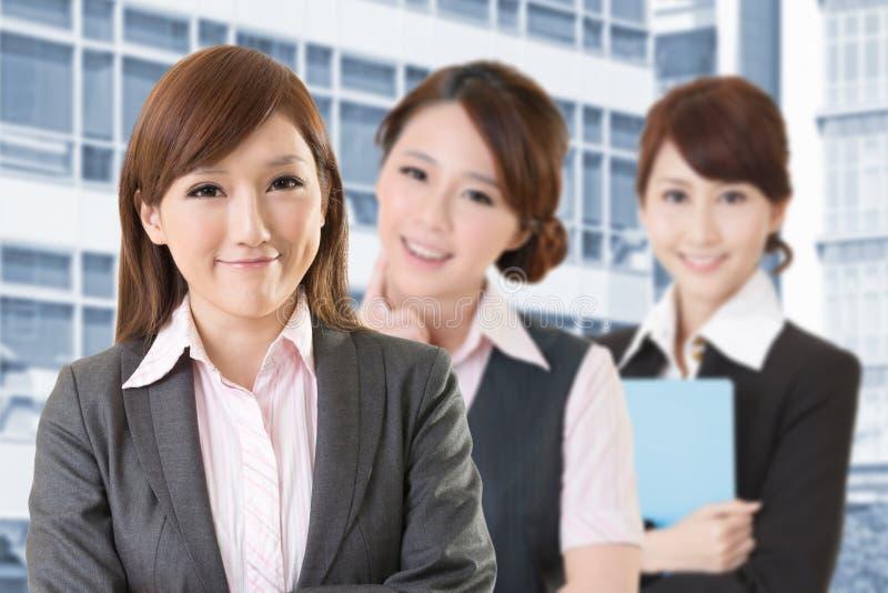 Überzeugtes asiatisches Geschäftsfrauteam stockfoto