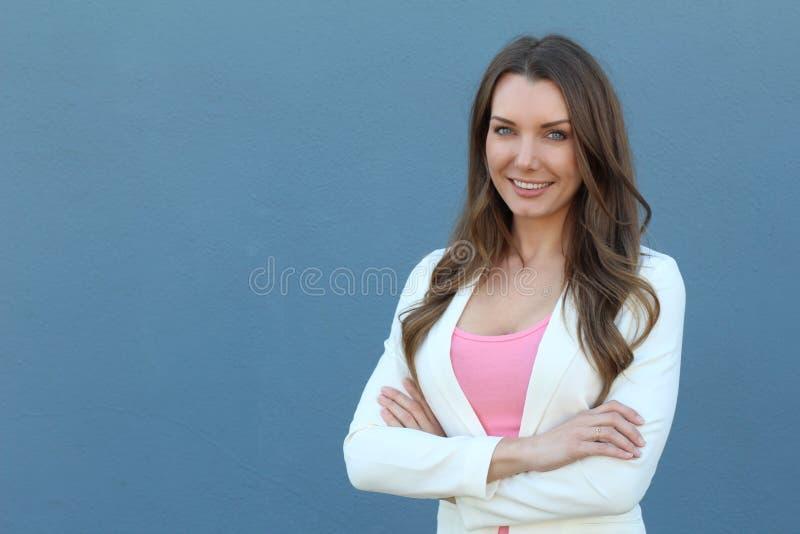 Überzeugtes erfolgreiches kaukasisches Geschäftsfrauporträt lizenzfreie stockfotografie