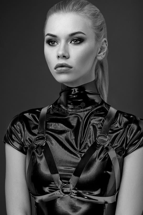 Überzeugtes Frauenporträt im schwarzen Kostüm stockbilder