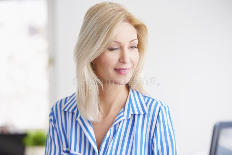 Überzeugtes Geschäftsfrau-Portrait lizenzfreie stockfotografie