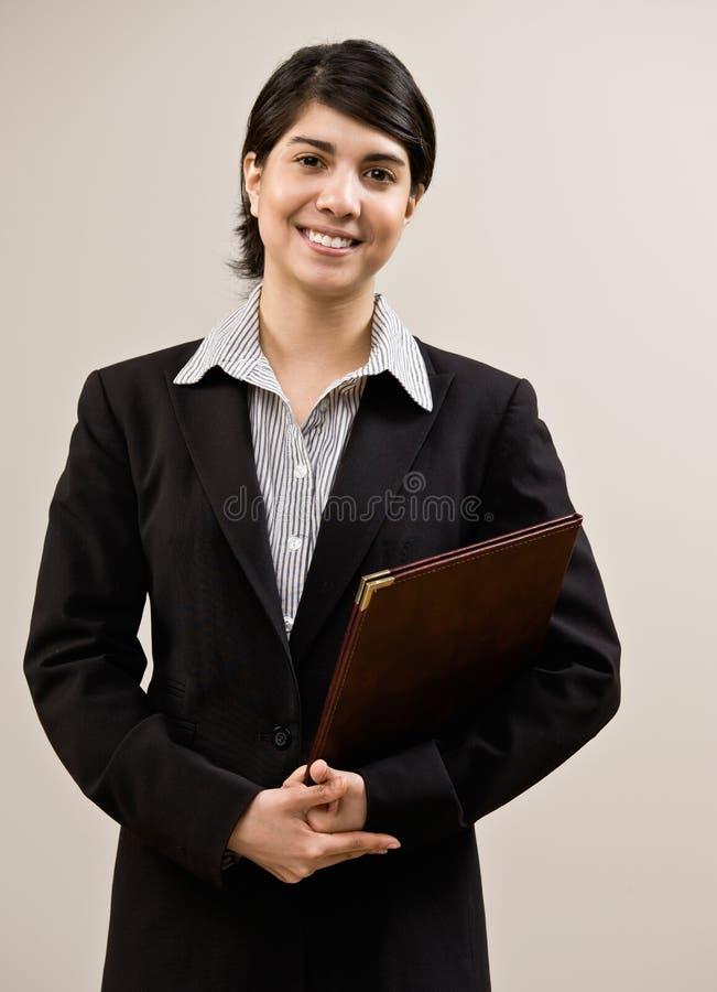Überzeugtes Geschäftsfrauholdingnotizbuch lizenzfreies stockfoto