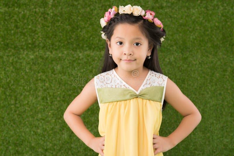 Überzeugtes kleines Mädchen lizenzfreies stockfoto