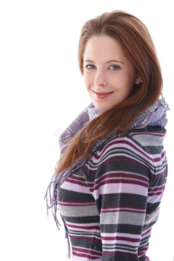 Überzeugtes Lächeln der jungen Frau stockfotografie