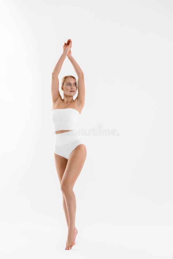 Überzeugtes Mädchen, das ihren perfekten Körper zeigt lizenzfreies stockbild